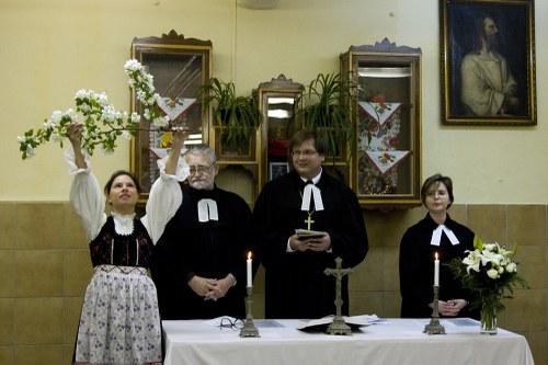 Lelkészek az oltár előtt