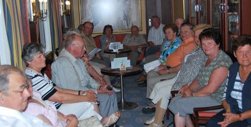 A csoport tagjai a hajó egyik helyiségében gyűltek össze