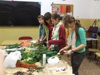 Adventi koszorú készítést szervezett a KÖSZI a Deák Téri Evangélikus Gimnáziumban
