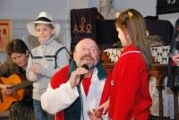 Karácsonyváró kacagó koncert gyerekkavalkáddal és dedikálással – Sok képpel! Diavetítéssel!