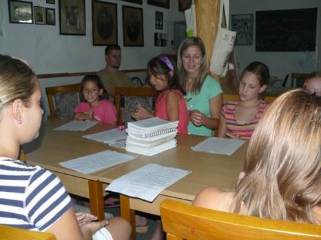 Ifjúsági énekeket tanulnak
