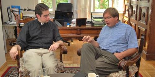 Alexander Faludy és Fabiny Tamás püspök beszélgetnek az ösztöndíjról