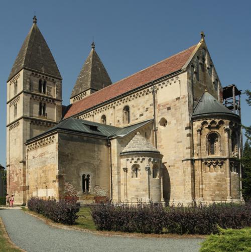 Megmozdult a jáki templom tornya