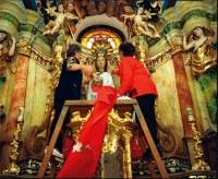 A Szűzanya pénteken öltözik