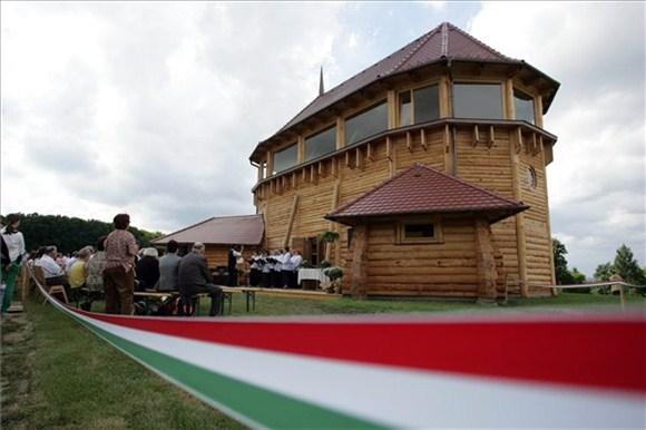 Felszentelték a magyarföldi fatemplomot