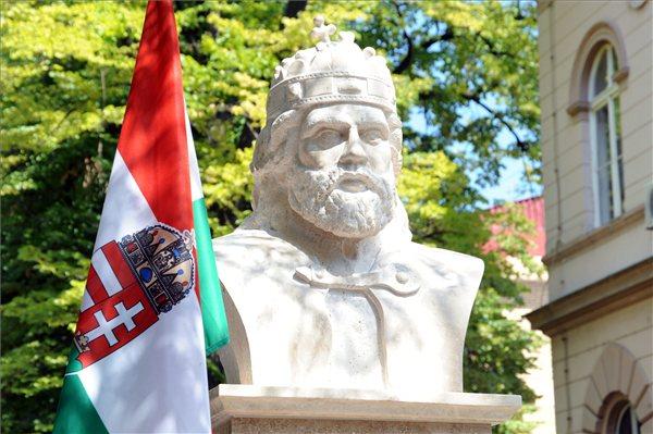 Apatinban avatták föl a Délvidék első Szent István-szobrát