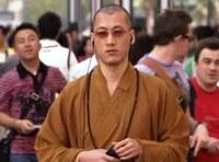 Dalban prédikál a kínai szerzetes