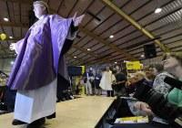 Papok mutatták be a legújabb egyházi ruha trendet