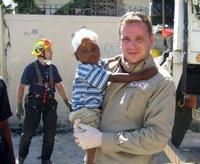 A református orvoscsoport a Haiti reptéren és az utcákon segít
