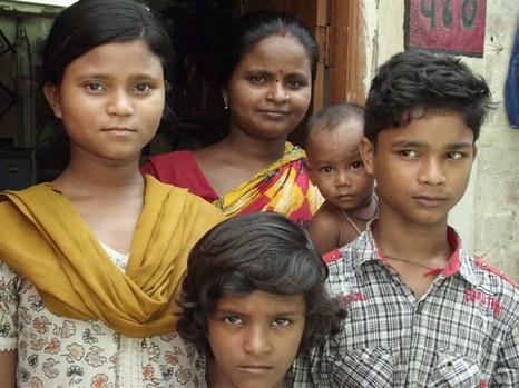 A 460. számú helyiségben lakó leprás apa gyermekeit ösztöndíjjal segíti tanuláshoz a Lepramisszió