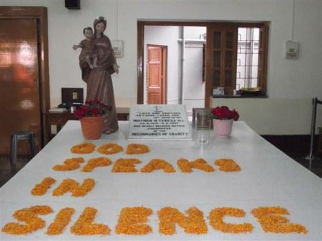 Teréz anya sírja Kalkuttában, az anyaház földszinti szobájában