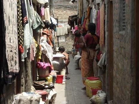 Utca az egyik kalkuttai nyomornegyedben